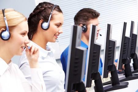 hotline: Groep van medewerkers van de klanten in de klasse computer werkt Stockfoto