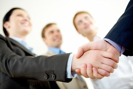 la union hace la fuerza: Imagen de apret�n de manos de socios de negocio en la firma de contrato Foto de archivo