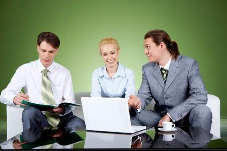 businesspartners: Retrato de businesspartners comunicando a la reuni�n con su colega sentado cerca Foto de archivo