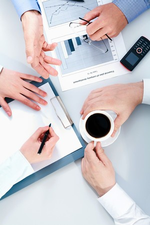discutere: Dettaglio della gente mani durante la conversazione aziendale
