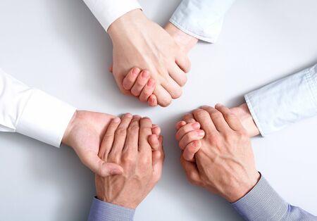 integridad: Por encima de la vista de los negocios asociados manos sosteniendo mutuamente, simbolizando el apoyo  Foto de archivo