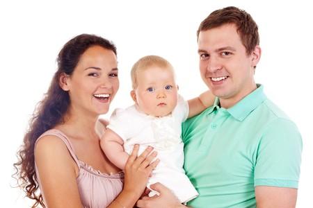 Portrait de famille joyeuse regardant la caméra sur fond blanc