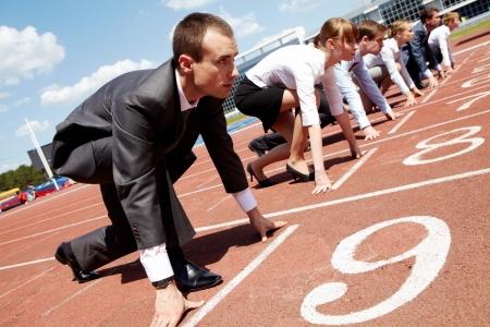 razas de personas: Fila de gente de negocios, prepar�ndose para la carrera  Foto de archivo
