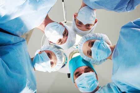 quirurgico: Vista de los m�dicos por paciente despu�s de la operaci�n en segundo plano de la l�mpara y el techo