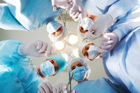 medische instrumenten: Onder weergave van artsen medische instrumenten in handen en patiënt te kijken  Stockfoto