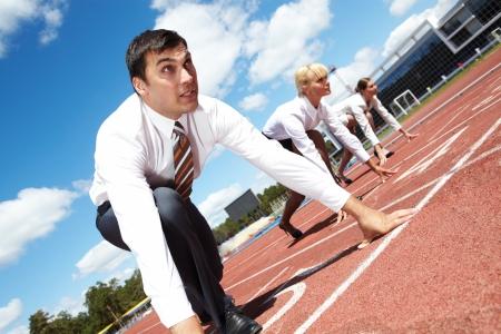 razas de personas: Fila de gente de negocios, prepar�ndose para la carrera con el hombre en primer plano