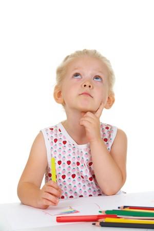 bambini pensierosi: Foto di ragazza adorabile, guardando in alto mentre pensando che cosa disegnare