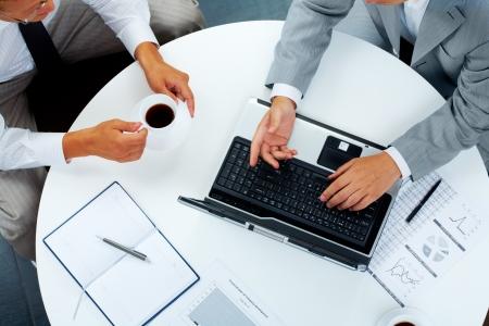 gente comunicandose: Por encima de la vista de dos personas de negocios, comunicando en el trabajo