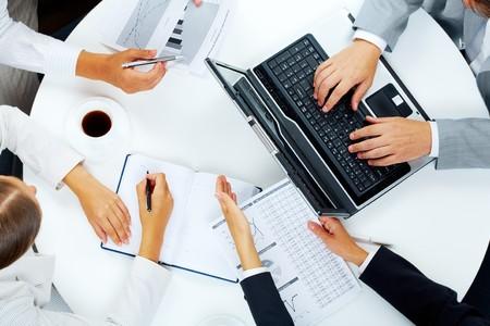 trabajaba: Por encima de la vista de varias personas de negocios, trabajando en reuni�n