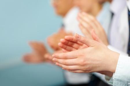 Photo de partenaires commerciaux mains saluer à la réunion  Banque d'images
