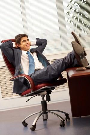 hombre sentado: Retrato de guapo empleado tener resto en silla de brazo en Oficina  Foto de archivo