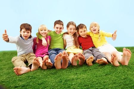 pied jeune fille: Enfants sur herbe