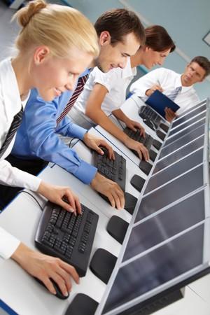 Foto de empresarios exitosos escribiendo y mirando los monitores en l�nea  Foto de archivo - 7602218