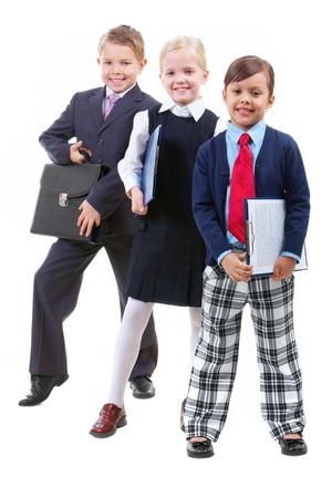 trois enfants: Portrait de trois enfants dans les v�tements intelligents regardant cam�ra
