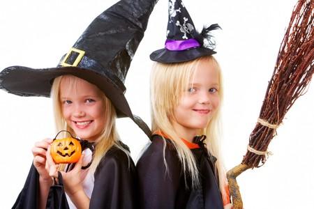bambine gemelle: Ritratto di ragazze gemelle in neri cappelli e abbigliamento nero