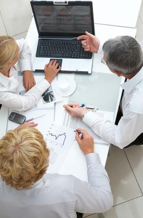 senior ordinateur: Au-dessus de vue des �quipes de projet informatique en s�ance de discuter
