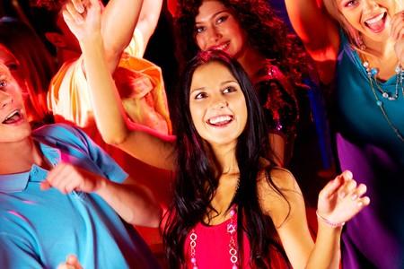 chicas bailando: Adolescentes alegres bailando en un club nocturno en fiesta  Foto de archivo