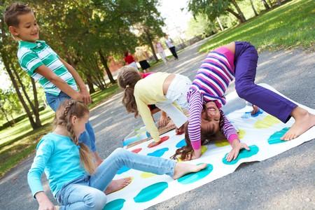 enfants qui jouent: Portrait de happy amis plein air jeu ensemble