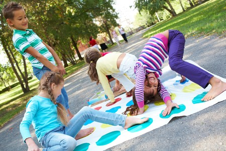 niños jugando en el parque: Retrato de amigos felices jugando juntos al exterior