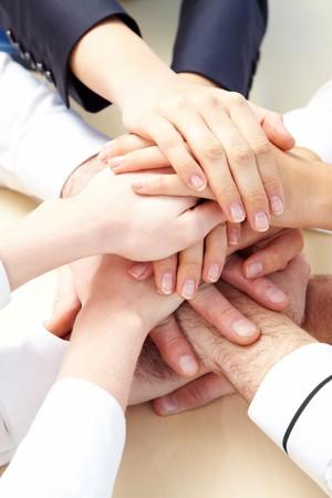 la union hace la fuerza: Imagen de gente de negocios de manos en la parte superior de mutuamente, simbolizando el apoyo y el poder  Foto de archivo