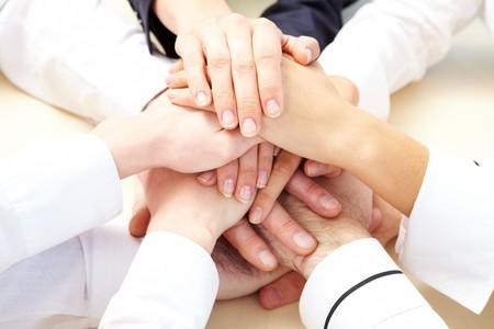 la union hace la fuerza: Imagen de gente de negocios de manos en la parte superior de cada una de la otra