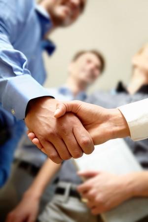 contrato de trabajo: Imagen del apret�n de manos de negocios despu�s de la firma nuevo contrato