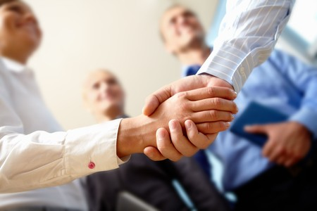 respeto: Imagen del apret�n de manos de negocios despu�s de hacer un acuerdo  Foto de archivo