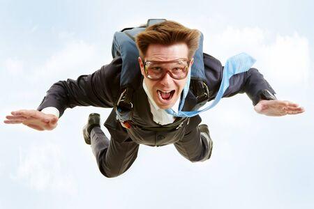 spadochron: Koncepcyjne obrazu z młodych biznesmen pływających pod z spadochronowa na odwrocie