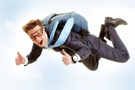 fallschirm: Portrait des gl�cklichen Mann mit Fallschirm fliegen und showing Thumbs up