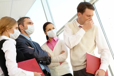 Grupo de empresas asociadas en máscaras protectoras estrictamente mirando tos hombre