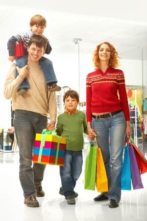ni�os de compras: Imagen de familias bolsas de libros y de la caja antes de Navidad  Foto de archivo