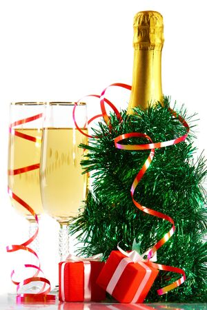 spangle: A bottle of champagne in spangle with two full glasses and small gift boxes
