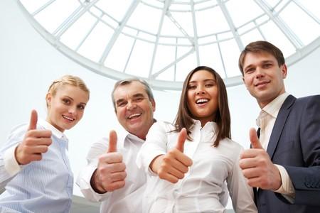 actitud positiva: Retrato de cuatro personas de negocio exitosas mostrar pulgares y mirando la c�mara