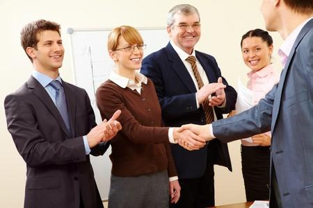 felicitaciones: Imagen de �xito apret�n de manos despu�s de la formaci�n empresarial  Foto de archivo