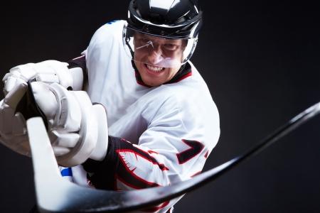 hockey sobre hielo: Jugador de hockey sobre hielo enojado apuntando palo en oponente