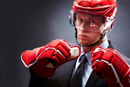 casco rojo: Retrato de deportista en traje, guantes rojos y casco  Foto de archivo