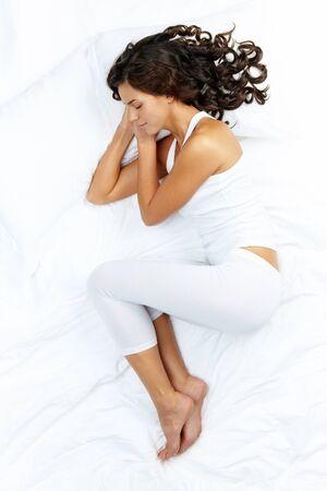 gente durmiendo: Retrato de una ni�a durmiendo en pijama blanco  Foto de archivo