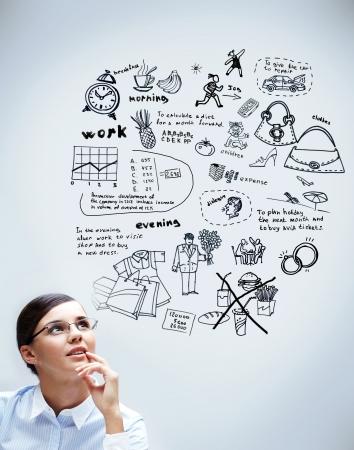 planowanie: Obraz z mÅ'oda kobieta myÅ›limy o jej planów Zdjęcie Seryjne