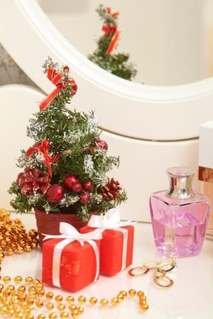 artigos de higiene pessoal: Christmas composition on lady toiletries table