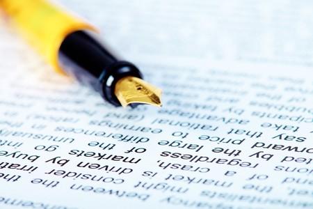 Dettaglio della penna stilografica sul documento sul posto di lavoro