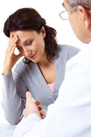 agotado: Retrato de mujer de fatiga tocar su cabeza mientras el hombre diciendo algo a ella  Foto de archivo