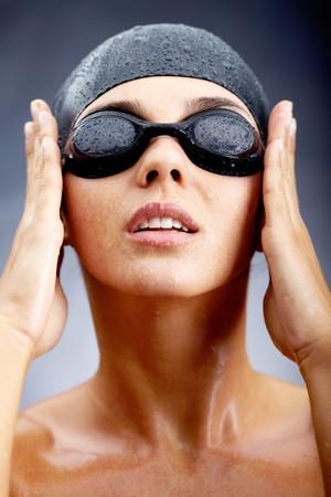 nadar: Retrato de ni�a en gafas y gorra de nataci�n posando antes de c�mara