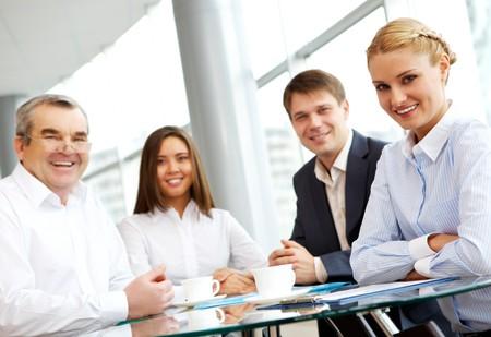 jovenes empresarios: Sonriente grupo de negocio, mirando la c�mara  Foto de archivo