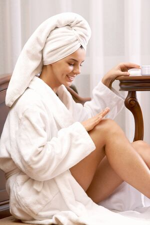 bathrobes: Retrato de bastante femenino cuidando de sus manos despu�s de ba�o