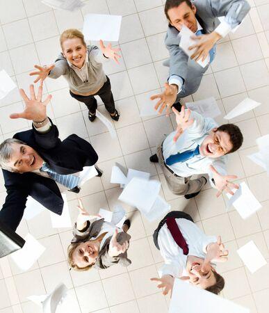 jovenes empresarios: Por encima de la vista de varios socios de �xito lanzar papeles en alegr�a