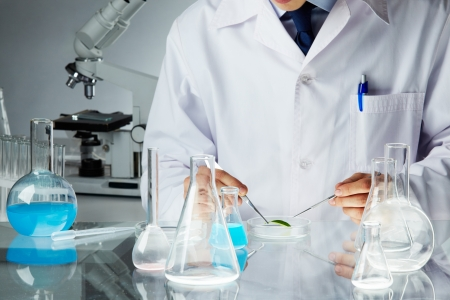 experimento: Manos de cl�nico celebrar herramientas de acero durante el experimento cient�fico en el laboratorio  Foto de archivo