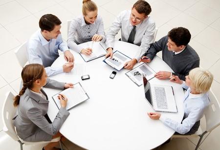 colaboracion: Imagen de empresa de socios exitosos discutir el plan de negocio en sesi�n