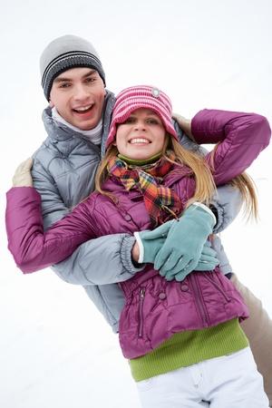ropa de invierno: Retrato de la feliz pareja en ropa de invierno mirando la c�mara