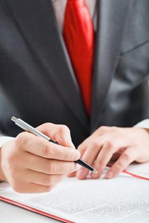 cuadro sinoptico: Primer plano de la mano de un hombre de negocios con un bol�grafo