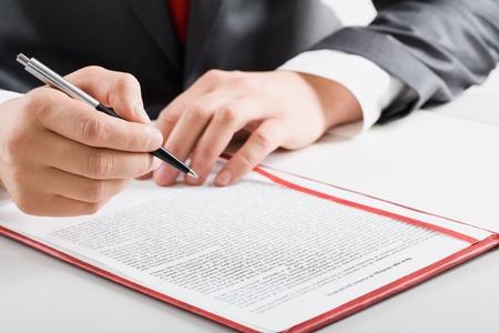 cuadro sinoptico: Imagen creativa: manos masculinas, la pluma y el documento